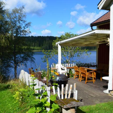Njut av lugnet och utsikten från vår altan när du hyr vår stuga