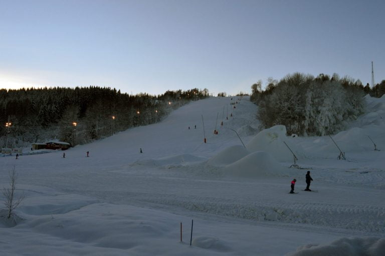 Hyr stuga i Dalsland. Slalombacken Högheden drivs av Åmål skicenter.